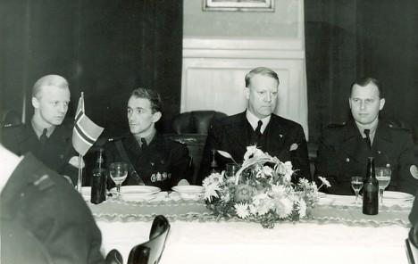 Rolf Jørgen Fuglesang til høyre for Quisling.