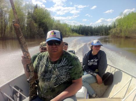 Oljesandområdet er viktig for urbefolkningens mulighet til å praktisere sin tradisjonelle livsstil. Her på jakt i båt.
