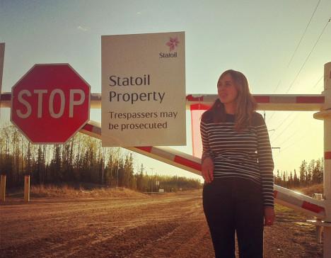Hit, men ikke lenger. Astrid fikk såvidt lov av Statoils vakter til å ta bilde av Julie foran bommen foran Statoils oljesanområde i Alberta.