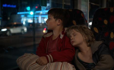Jack og lillebroren på vei gjennom Berlin alene.