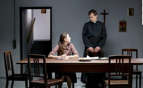 Maria vil gjerne gjøre som presten sier.