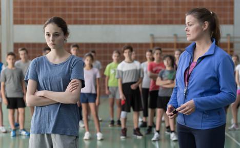 Maria nekter å løpe i gymtimen fordi læreren har satt på satanisk musikk.