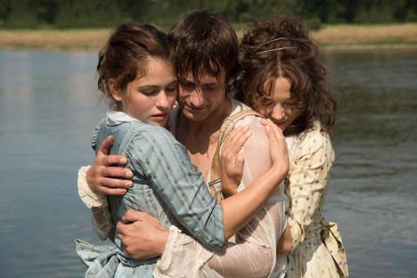 Når Schiller har reddet en gutt fra å drukne må søstrene varme ham.