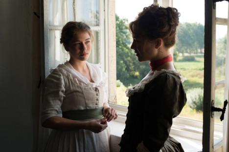 Henriette Confurius og Hannah Herzsprung som søstrene von Lengefeld.