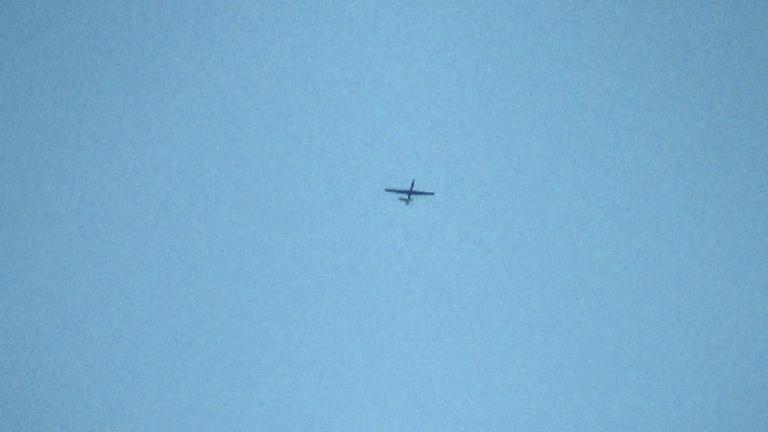 Reglene sier at dronene skal fly så høyt at de verken kan ses eller høres fra bakken. I filmen får vi flere eksempler på det motsatte. Foto: NoorBehram.