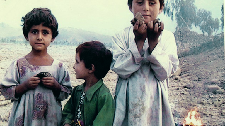 Barn i Waziristan med rakettrester de har plukket opp. Foto: Noor Behram.