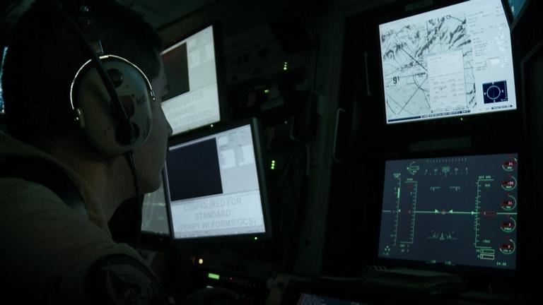 Pilotene sitter i USA og skyter på mål for eksempel i Pakistan, mens de ser på skjermer ikke ulikt et dataspill.
