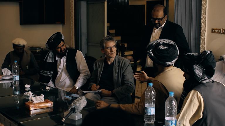 Menneskerettighetsadvokatene Shahzad Akbar og Clive Stafford Smith i et forhandlingsmøte. Foto: Concordia Productions.