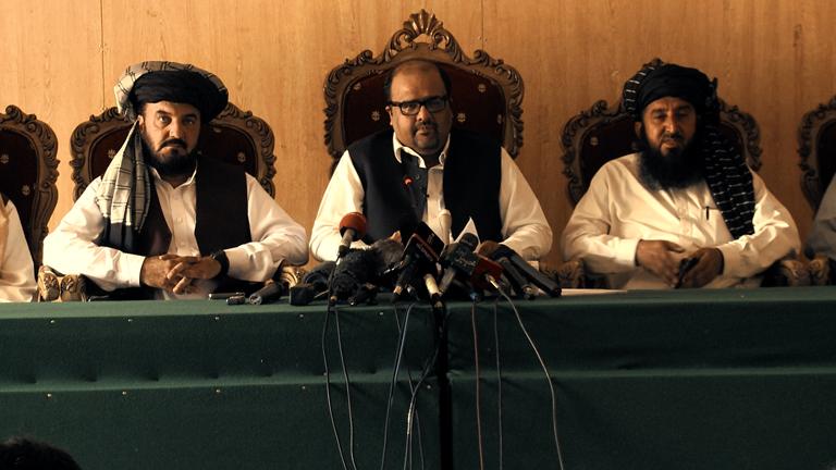 Shahzad Akbar (i midten) vant en avgjørende rettssak for droneofrene i Peshawar høyesterett. Foto: Concordia Productions.