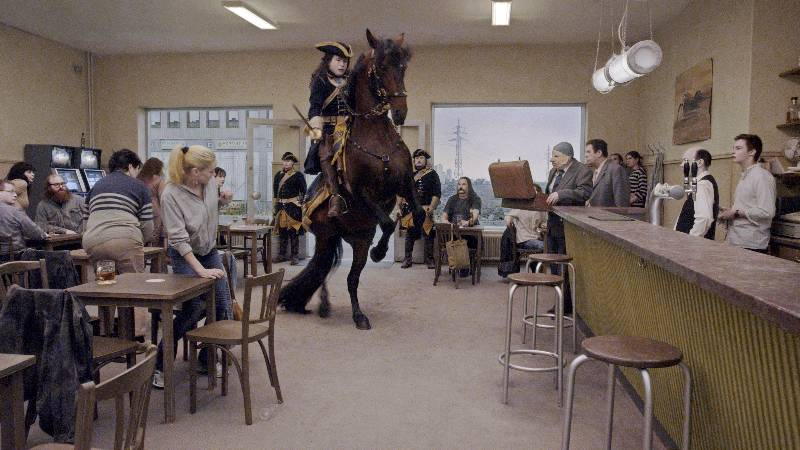 Rytterscenen på baren var den vanskeligste scenen i filmen, ifølge regissøren. Foto: Studio 24. © Roy Andersson Filmproduktion.