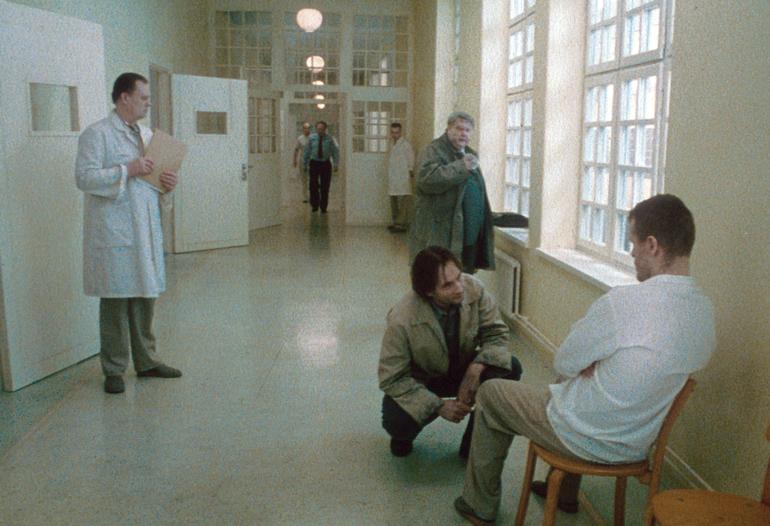 På psykiatrisk sykehus i «Sanger fra andre etasje.» Foto: Studio 24. © Roy Andersson Filmproduktion.