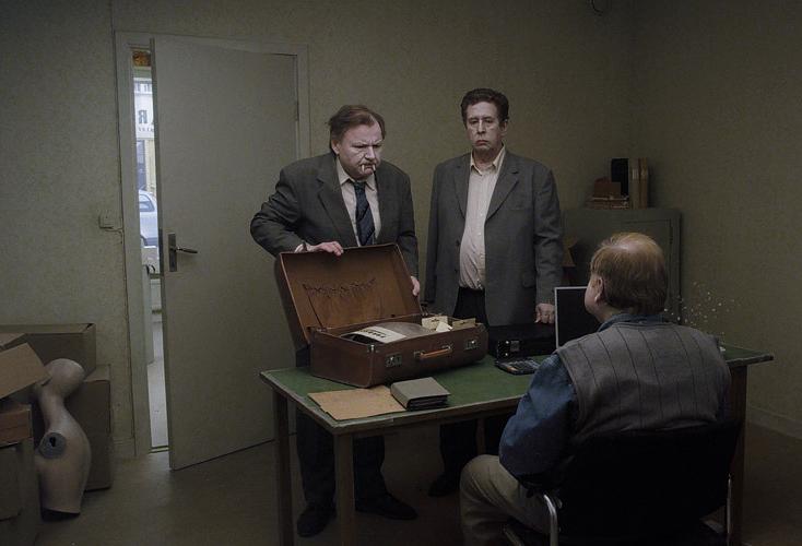 Sam og Jonathan selger morosaker. Foto: Studio 24. © Roy Andersson Filmproduktion.