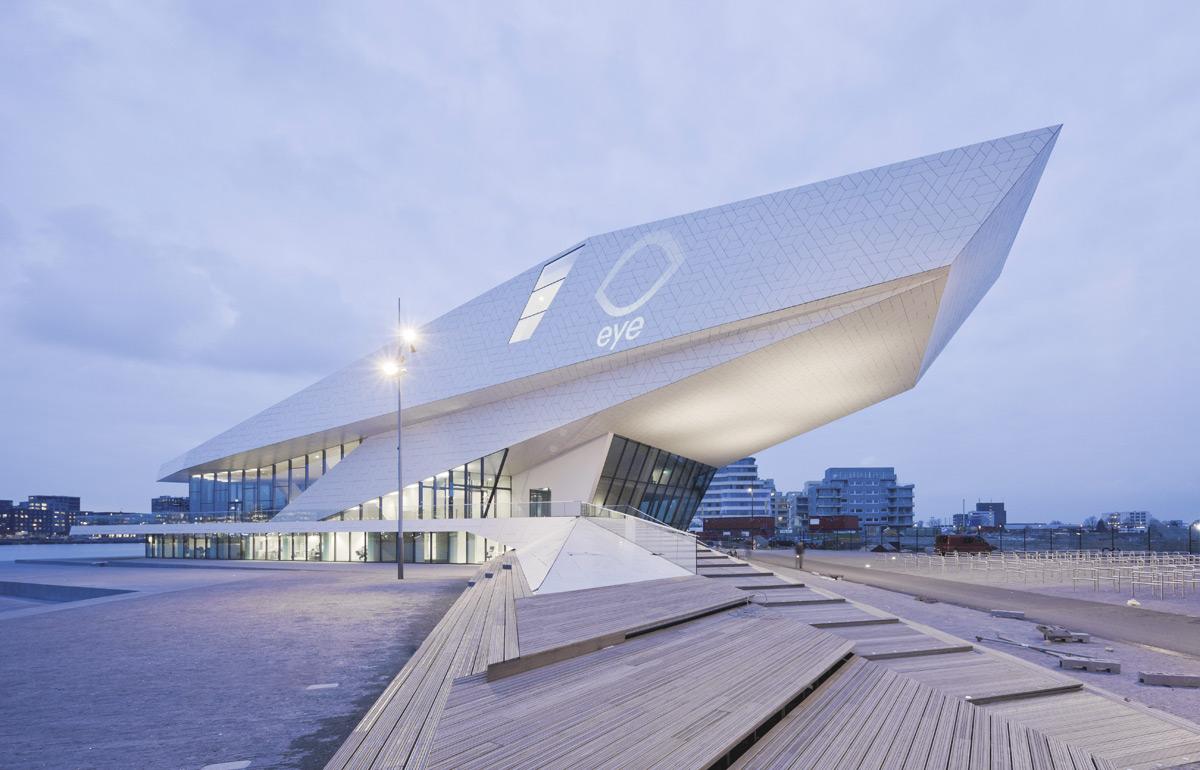 Mye brukt av festivalen er også det flunkende nye EYE-senteret som ligger ved sjøkanten, ikke helt ulikt Operaen i Oslo.