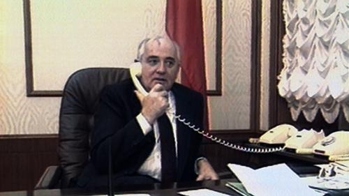 Gorbatsjon snakker i telefonen på kontoret sitt. Arkivbilde: 21st Century.