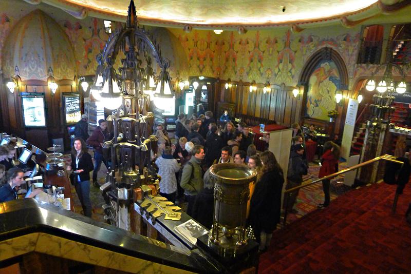 Tuschinski-kinoen er bygd i 1926 og tegnet av Hijman Louis de Jong i en pussig miks av stilarter, mest jugendstil og art deco. Foto: Oda Bhar.