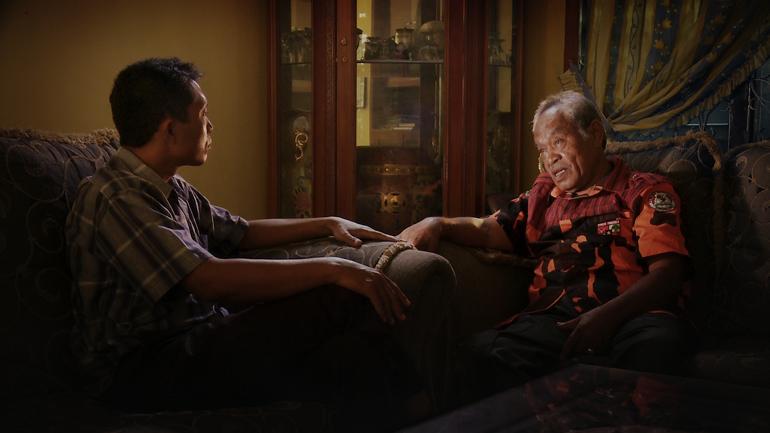 Offerets bror møter overgriper i Joshua Oppenheimers THE LOOK OF SILENCE.
