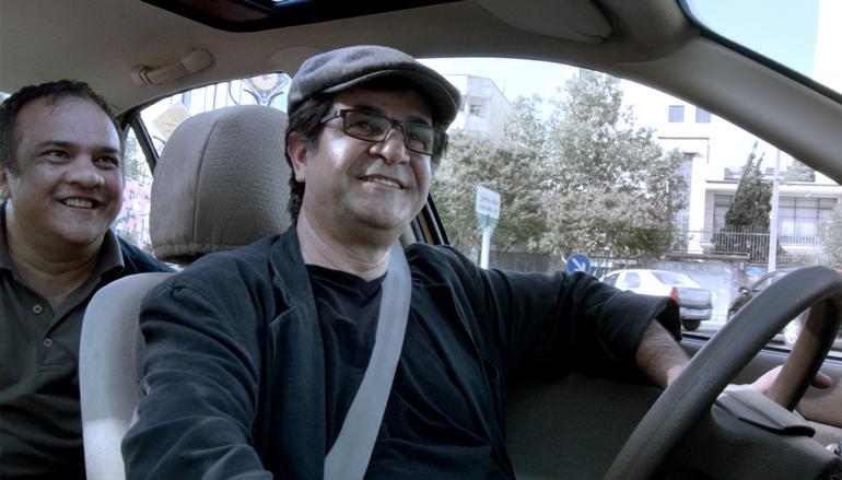 Regissør Jafar Panahi som drosjesjåtør i Teherans gater.