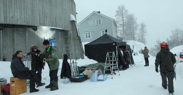 Filminnspillingen av Snømannen har blant annet foregått på en fjellhylle 600-700 meter i luftlinje ovenfor den ikoniske kraftstasjonen på Vemork. 200 filmarbeidere har vært i aksjon i Rjukan-området de siste ukene.