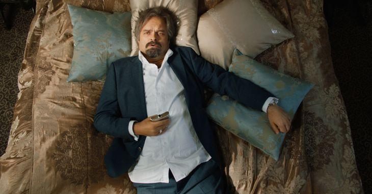 Atle Antonsen i rollen som den selvsentrerte og forfyllede forfatteren i Grand Hotel.