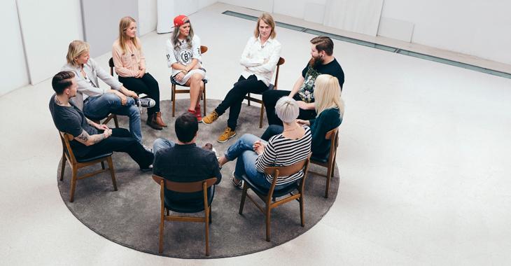 Deltakerne i gruppeterapi med psykolog Peder Kjøs øverst i midten.