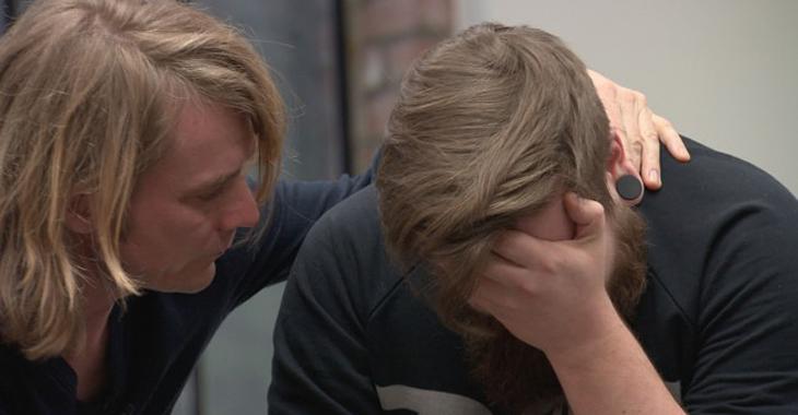 Peder Kjøs og Christopher under en gruppesamtale. Foto: NRK.