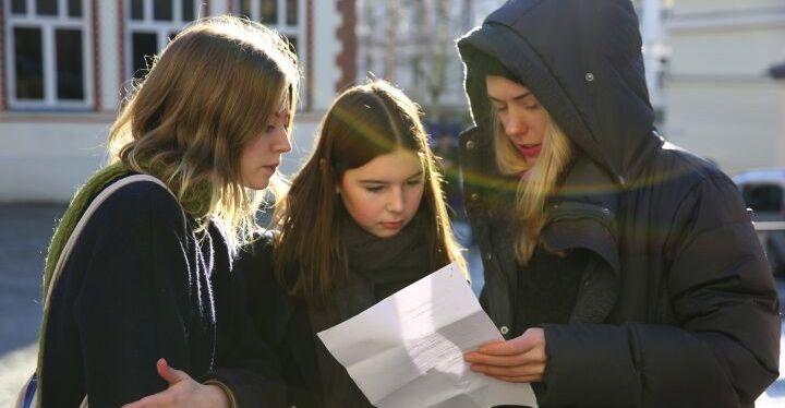 """NRKs """"Skam"""", med serieskaper Julie Andem til høyre."""