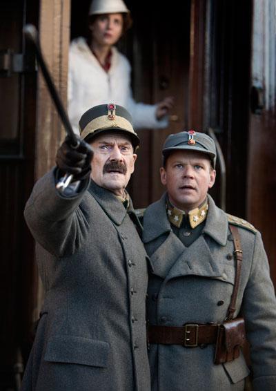 Kong Haakon, spilt av Jesper Christensen, og kronprins Olav, spilt av Anders Baasmo Christiansen. Foto: Agnete Brun, Paradox Film.