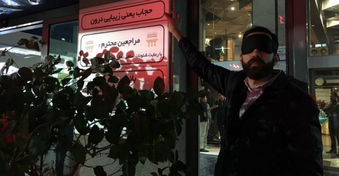 Kaveh Tehrani med hijab-satire
