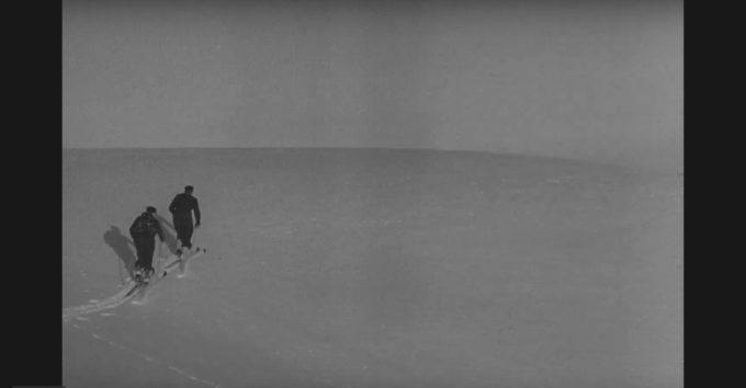 Motstandsfolk på vei over snøfjellet